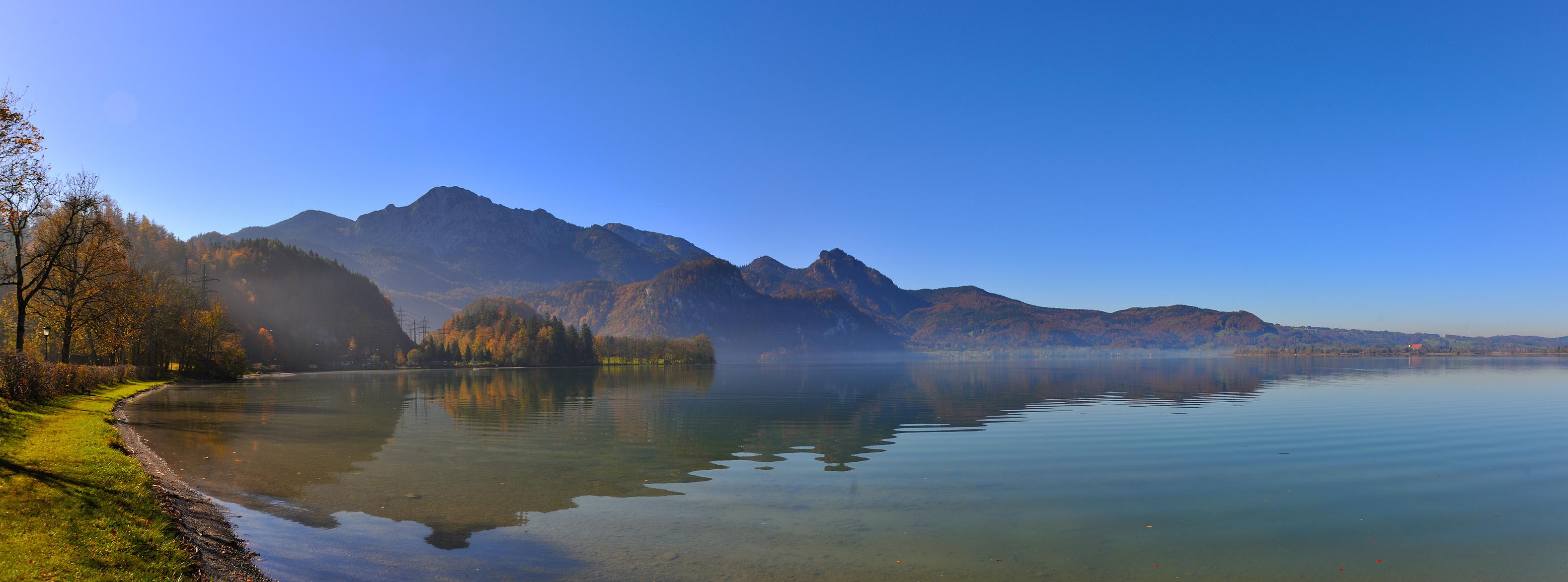 Blick über einen See mit Herbstlandschaft