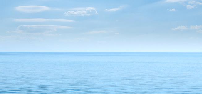 Blick über das Meer - nur Wasser und Himmel mit Wolken